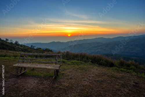 Foto op Aluminium Chocoladebruin Wooden bench in Morning mountain range View on Nature Trail in