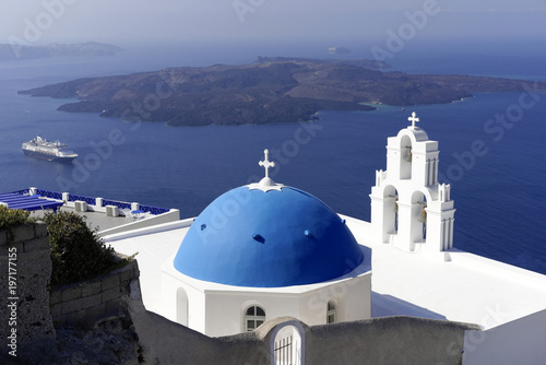 Plexiglas Santorini Blaue Kuppelmit Glockenturm einer byzantinisch-orthodoxen Kirche, Oia, Santorin, Kykladen, Griechenland, Europa