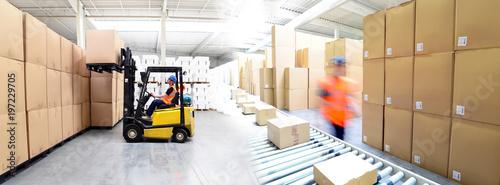 Versand und Logistik im Warenlager einer Spedition - Lieferung von Paketen im Onlinehandel // transport and logistics in a warehouse - 197229705