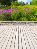 Schöne Parkterrasse mit Blumenbeet
