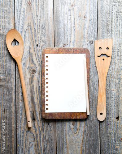 Pusta karta na drewnianej desce do krojenia