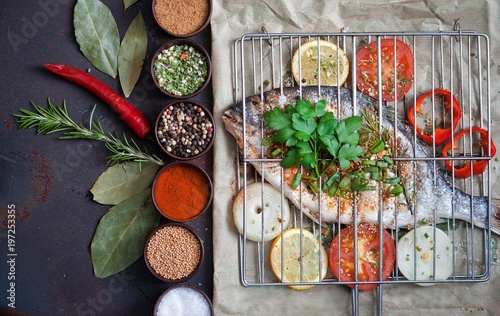 Grilled fish with spices and vegetables - 197253355