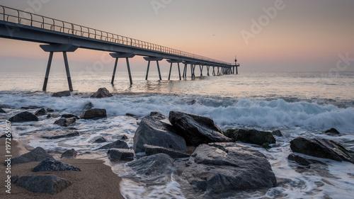 In de dag Ochtendgloren Amanecer , albor en el puente del petróleo (petroli) ,Badalona, Cataluña, España