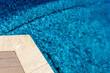 margelle d'angle de piscine bleue