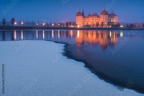 Schloss in Moritzburg an einem Abend im Winter mit Schnee Poster