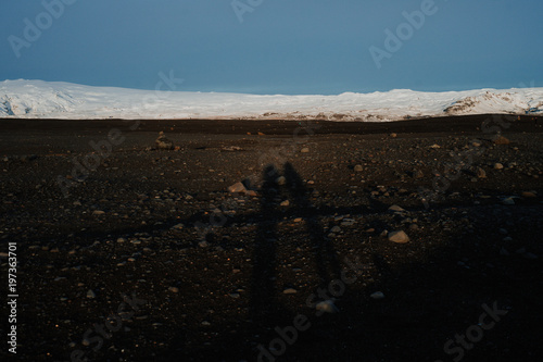 Foto op Aluminium Chocoladebruin The Silhouette of two people on a volcanic landscape in Iceland