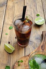 cocktail o bevanda alcolica con lime menta e ghiaccio