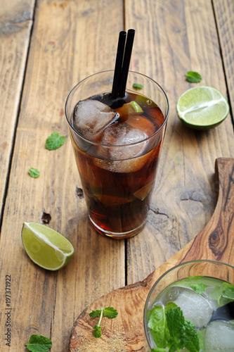 cocktail o bevanda alcolica con lime menta e ghiaccio  - 197371922