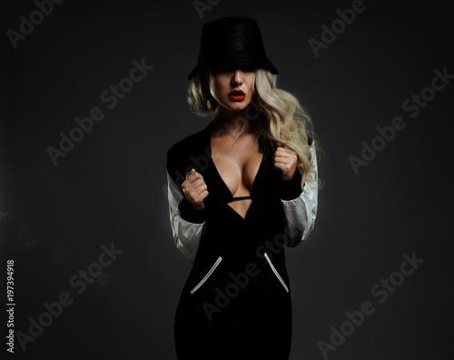 Foto op Plexiglas Kapsalon girl gangster in a leather hat with a gun.