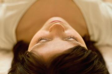frau enspannt bei klangtherapie