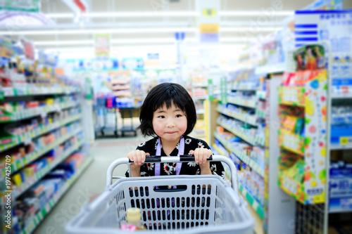 女の子 スーパーマーケット