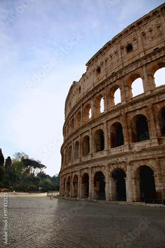 Antyczny Romański kolosseum przeciw błękitnemu lata niebu