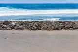 mer derrière muret de pierres