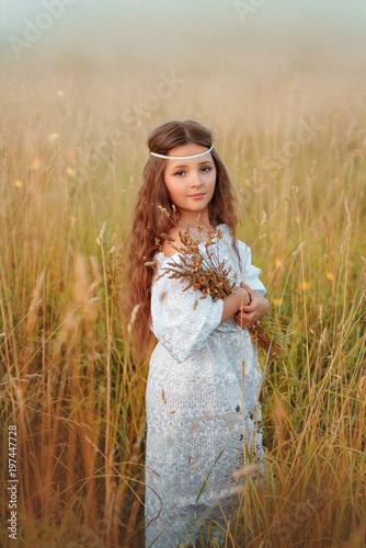 Девочка в белом платье летом в поле