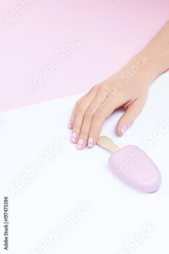 Pastelowe paznokcie. Ręka z Fashion Nails