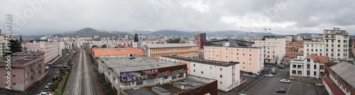 In de dag Spoorlijn vue panoramique d'un quartier de Clermont Ferrand
