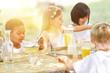 Gruppe Kinder essen gemeinsam Müsli zum Frühstück