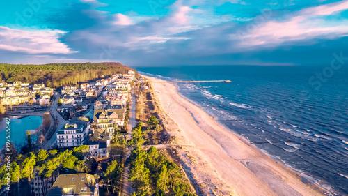 Leinwanddruck Bild - motivthueringen8 : Luftbild vom Bansiner Strand mit Seebrücke und Promenade