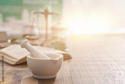 Foto Spatwand Apotheek Mortar and pestle on the pharmacist's table