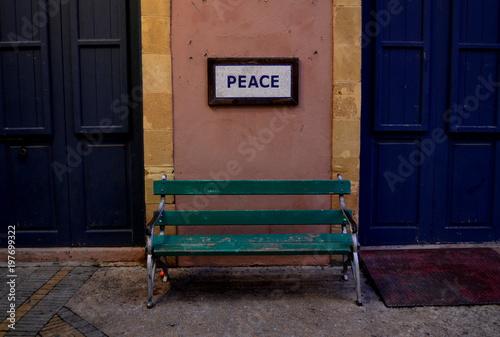 In de dag Cyprus Peace Bench at Inner Cyprus Border
