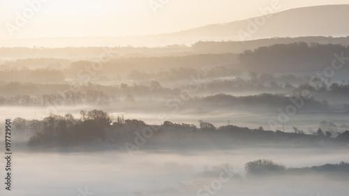 oszalamiajaco-mglowy-angielski-wiejski-krajobraz-przy-wschodem-slonca-wewnatrz
