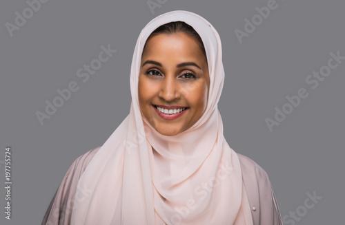 Aluminium Abu Dhabi Beautiful middle eastern woman wearing abaya