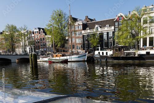 Fotobehang Amsterdam Gracht Fluss schöne Sehenswürdigkeit in Amsterdam vor blauen Himmel
