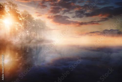 mglisty-poranek-nad-jeziorem