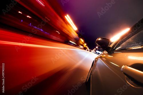 Samochód na drodze z ruchu rozmycie tła.