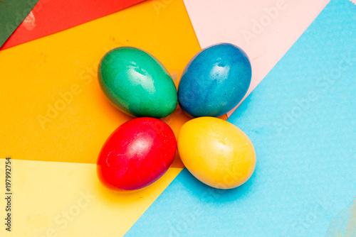 Cztery kolorowe pisanki na kolorowe tło