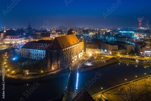 Widok z lotu ptaka nocy trutnia na Ostrów Tumski we Wrocławiu.