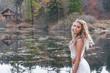 gaia nella natura al lago di montagna