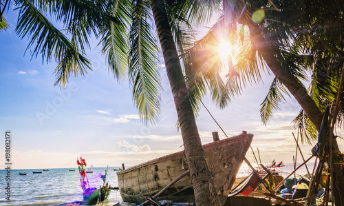 Foto op Plexiglas Schip tropical beach with coconut trees and fishing boats