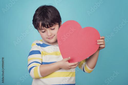 niño sonriente con un corazón