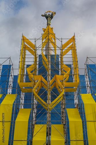 Foto op Plexiglas Kiev Iinstallation of the national emblem and the statue of Bereginya on the Independence Square. Kiev, Ukraine