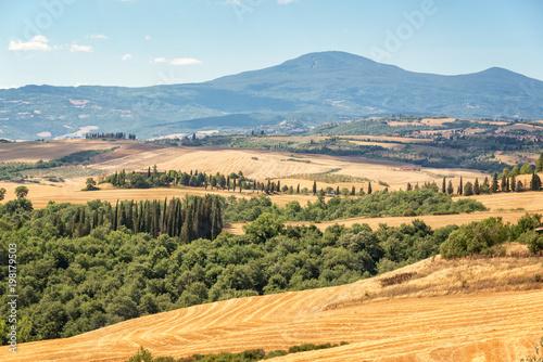 tuscany-krajobraz-w-lecie-po-zniwa-wlochy