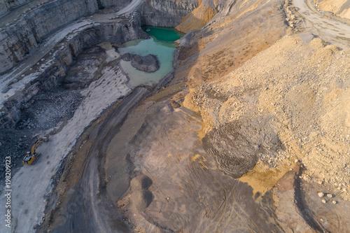 Fotobehang Beige Luftaufnahme eines Steinbruchs für Muschelkalkabbbau