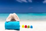 Osterhase im Urlaub entspannt am tropischen Strand und bräunt sich