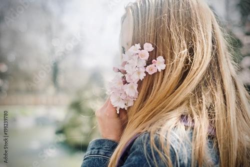 Foto Murales Ragazza misteriosa tra i fiori