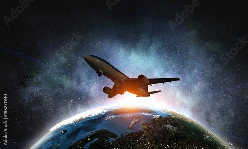 Samolot pasażerski w niebie. Różne środki przekazu