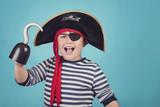 niño feliz disfrazado de pirata - 198313776