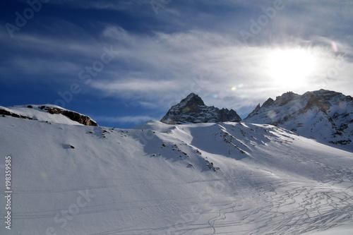 Foto op Plexiglas Grijs Raggi di sole sulle montagne innevate