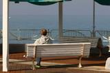 скамейка стоит в парке