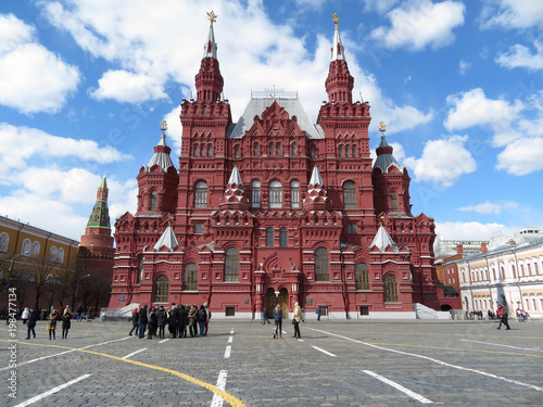 Foto op Aluminium Moskou Tourists on Red square in Moscow. The building of the State historical Museum