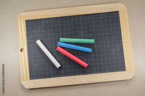 Ardoise et craies blanche, rouge, verte et bleue