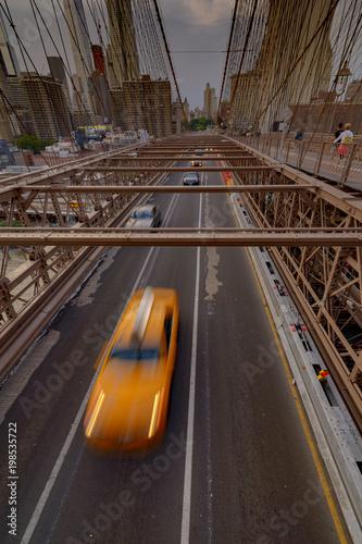 Foto op Plexiglas New York TAXI Traffic crossing the Brooklyn Bridge in New York City