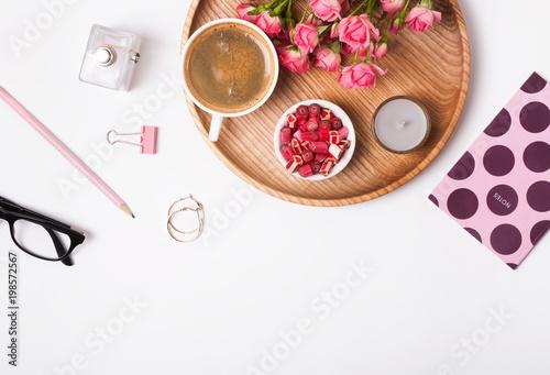 Kobiece akcesoria, cukierki, kawa i róże na białym tle,