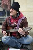 Artiste de rue jouant de la guitare - 198580749