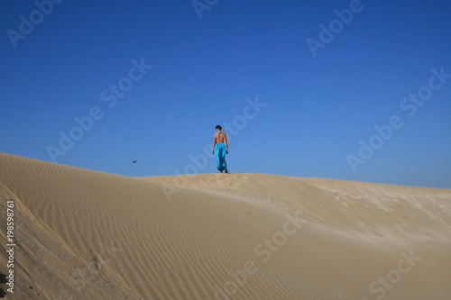 Aluminium Marokko Young woman in blue skirt in sand dunes