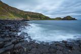 Giant's Causeway caratteristica formazione basaltica esagonale formatasi da antiche eruzioni vulcaniche al tramonto Bushmills Irlanda Europa